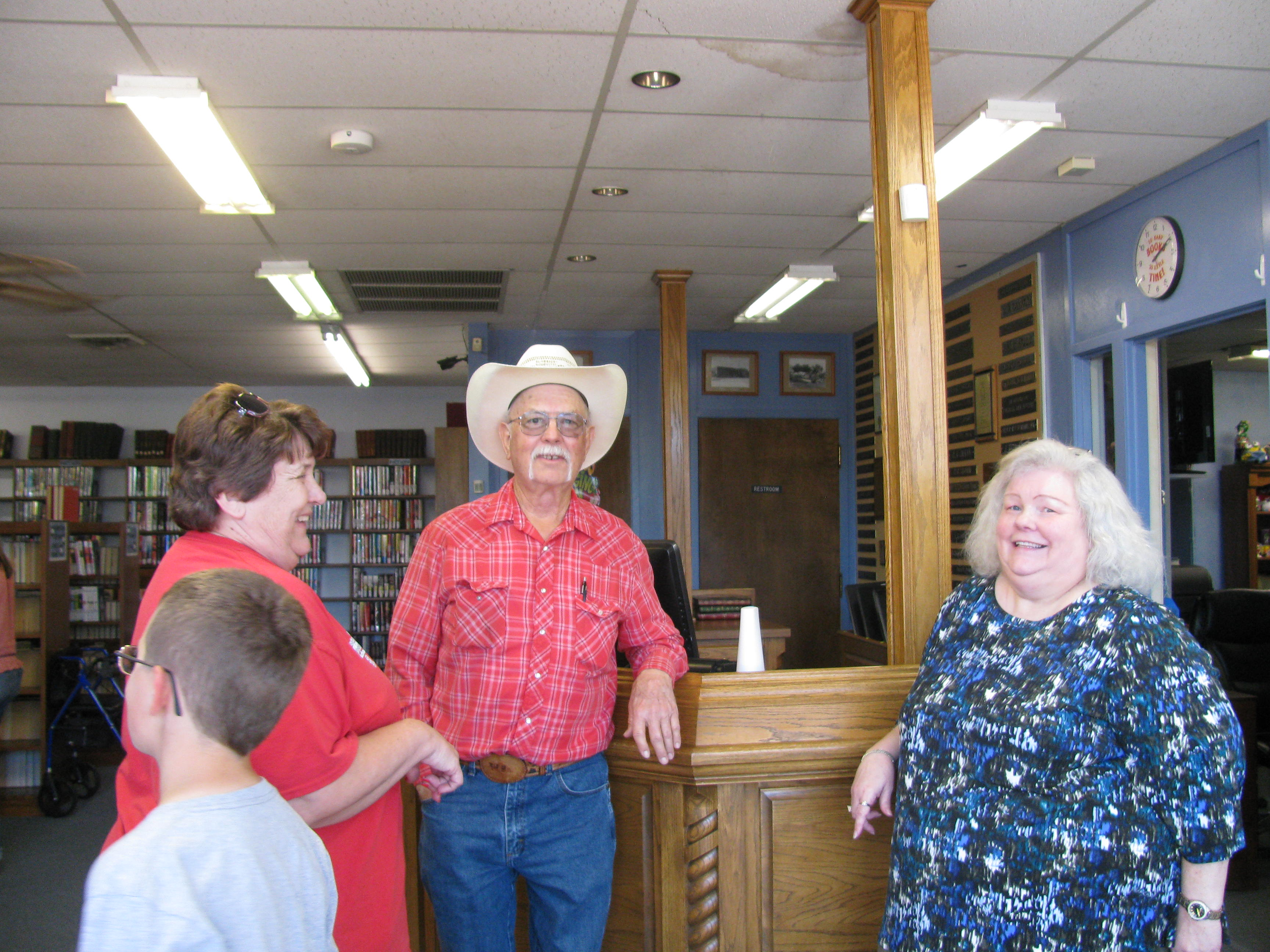 Stacy is visiting with the William and Joyce Light and Gage Rodgers.JPG